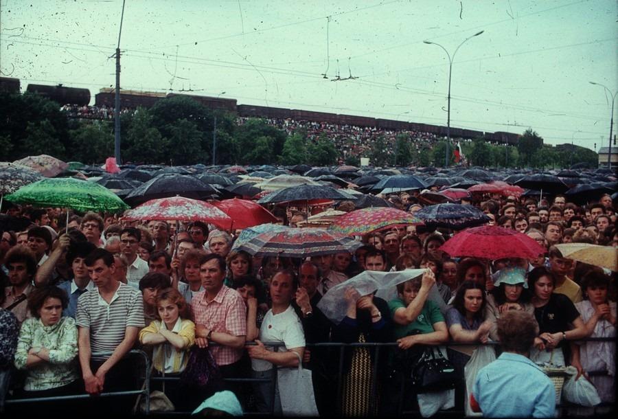 На стыке 80-х и 90-х люди требовали демократии, многопартийности, гласности и рынка