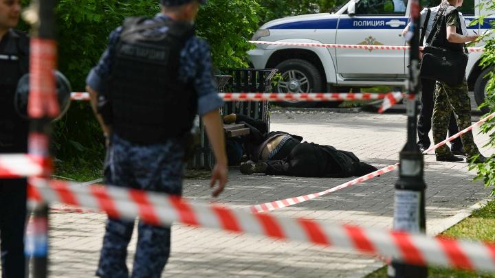В больнице умер мужчина, который зарезал трех человек в сквере в Екатеринбурге