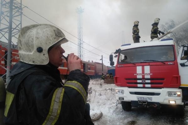 Для тушения огня к месту ЧП пришлось подгонять два пожарных поезда