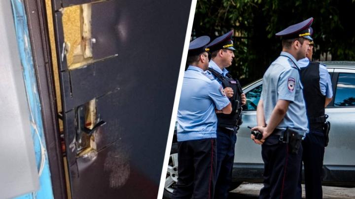 Полиция объяснила, почему сибирячке не восстановили выбитую по ошибке дверь