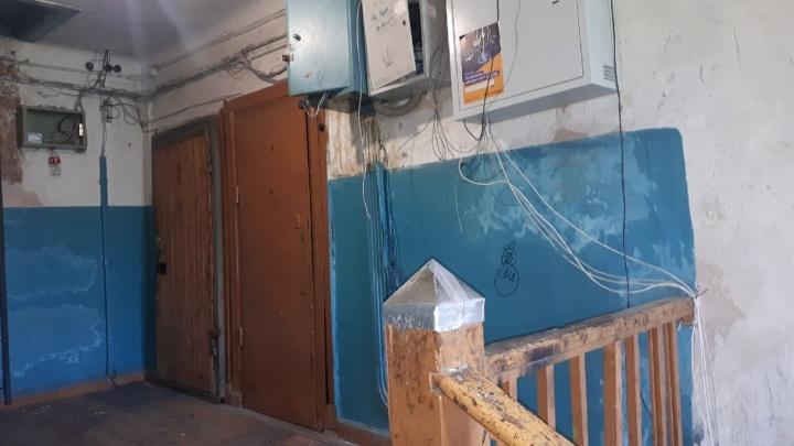 «Нам страшно за детей». Жильцы аварийного дома на Уктусе три года не могут дождаться расселения