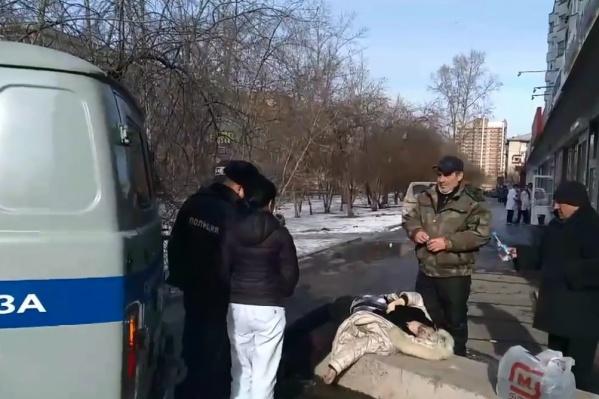 Женщина скончалась на тротуаре — прохожие говорят, что ее можно было спасти