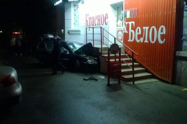 """Магазин, в крыльцо которого влетела машина, находится <nobr class=""""_"""">в доме № 1</nobr> на улице Евтеева"""
