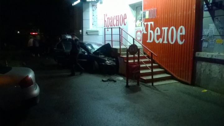 Водитель Volvo вылетел с дороги и врезался в магазин «Красное&Белое» в центре Челябинска
