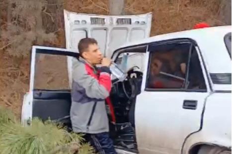 Пьяный водитель после ДТП на трассе продолжил пить водку из горла