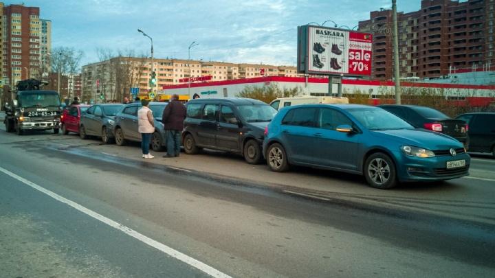 Из-за массового ДТП в Кировском районе образовалась пробка