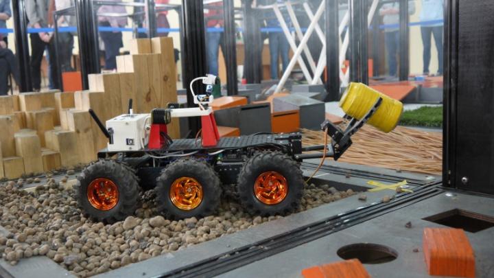 Взбирались на горы и преодолевали мосты: в Архангельске прошли всероссийские соревнования по робототехнике