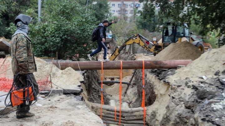 «Я боюсь, что там кто-то убьется!»: жители домов у перекопанного сквера Волгограда — о траншеях-убийцах и беспечности взрослых