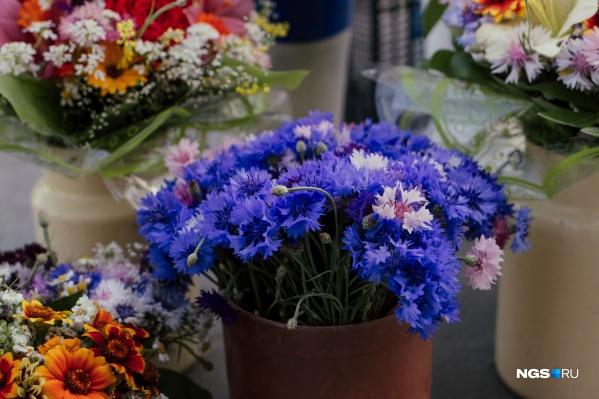 На стихийных уличных рынках можно найти и простые цветы, и искусно собранные букеты
