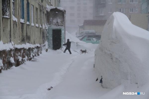 В этом году Норильск так замело, что коммунальщики не успевали его чистить. Местные жители прокладывали дорогу к дому своими силами