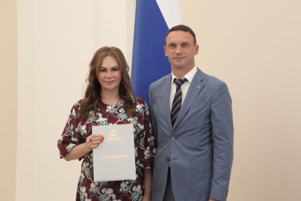 Ольга Гирилюк в 2019 году получила благодарность от правительства Тюменской области. На фото она с заместителем губернатора Андреем Пантелеевым. В 2021 году она после скандала ушла с поста гендиректора<br>