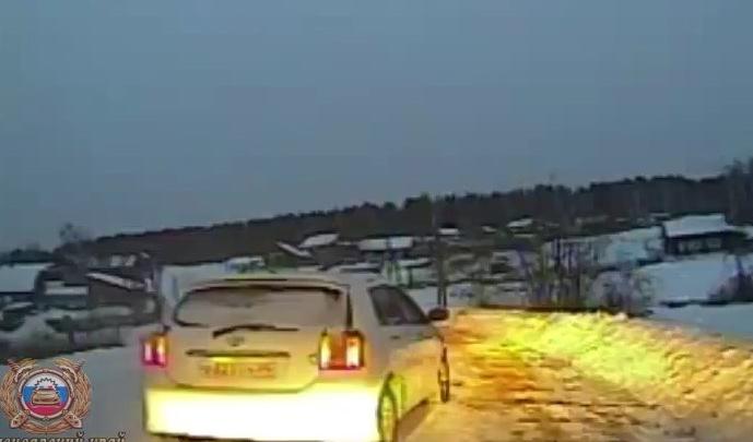 Полицейские вытащили из снега застрявшую там машину, а спустя час поймали ее пьяного водителя