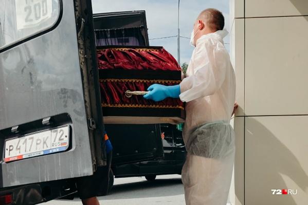 Работники морга, контактирующие с теми, кто был заражен коронавирусом, одеты в специальную форму