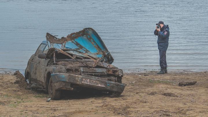 «Надо захоронить, чтобы было куда сходить». В Прикамье со дна реки достали машину с супружеской парой — они утонули семь лет назад
