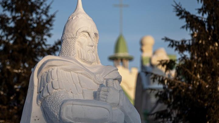 С мечом за звездой: в Новосибирске выбрали лучшие снежные скульптуры — взгляните на них