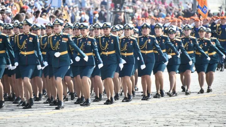 Ножки парада: любуемся красавицами, которые прошли строем по центру Екатеринбурга