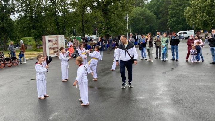 На День города в Уфе дети готовились к выступлению босиком на асфальте