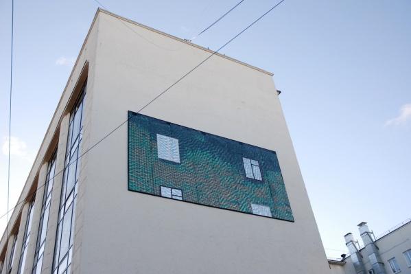 Панно появилось на здании ЦУМа в 2012 году