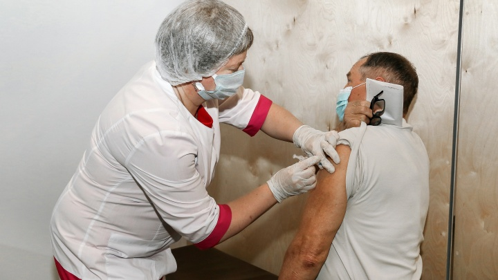 Нижегородца по ошибке укололи двумя разными вакцинами от коронавируса. Ситуацию контролирует Минздрав