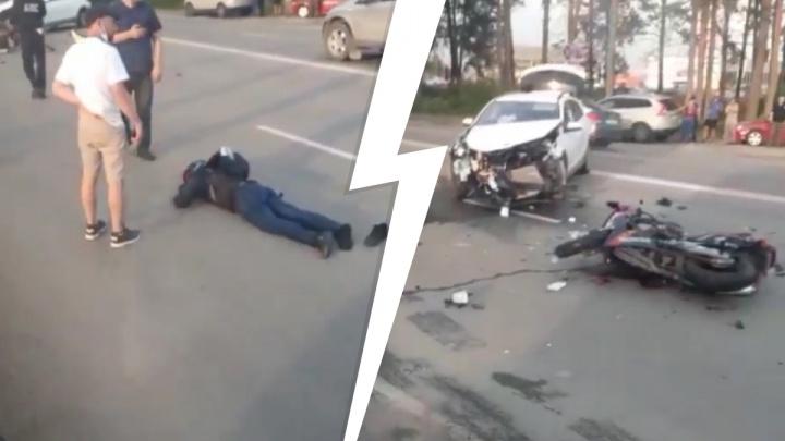 Байкер лежал в нескольких метрах: на Берёзовском тракте мотоцикл врезался в автомобиль