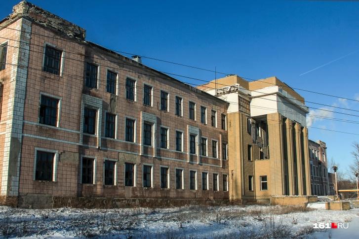 «Гуковскую» несколько раз пытались реанимировать — на фасаде заброшенного здания еще можно увидеть рассыпающиеся следы ремонта
