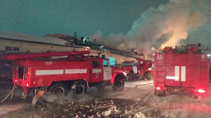 В Омске 83 пожарных тушат склад с продуктами на 2-йКазахстанской:стрим