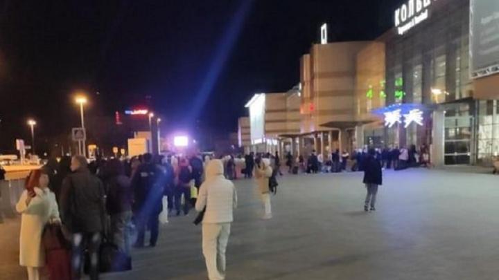 «Рейсов много»: на входе в аэропорт Кольцово выросла огромная очередь