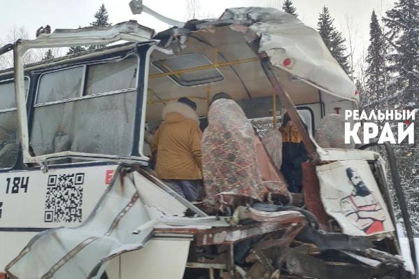 У автобуса полностью снесло заднюю стенку