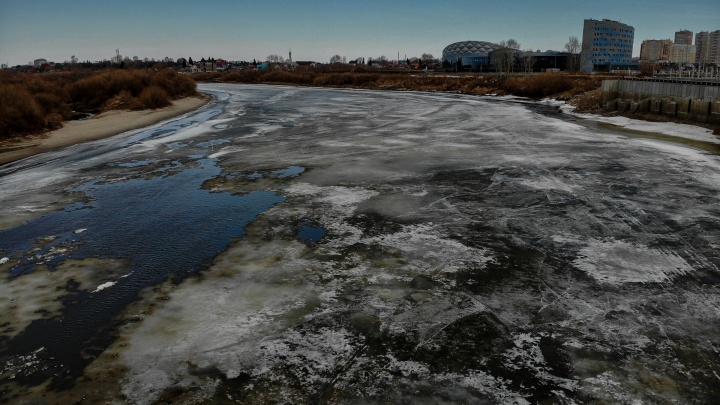 Лед треснул, уровень реки начал резко подниматься. Смотрим с высоты, как просыпается Тура после зимы