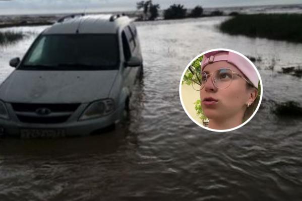 Машины ушли под воду от внезапно хлынувшей воды