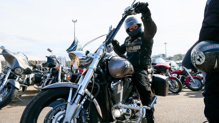 Тысяча моторов, мотовзвод и глава ГИБДД: кто и как открывал мотосезон в Красноярске