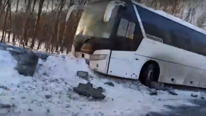На трассе в Ярославской области рейсовый автобус снес светофор