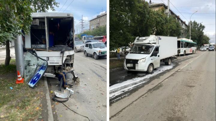 Четыре женщины пострадали в автобусе № 18 — у него выбило окна во время ДТП с «Газелью»