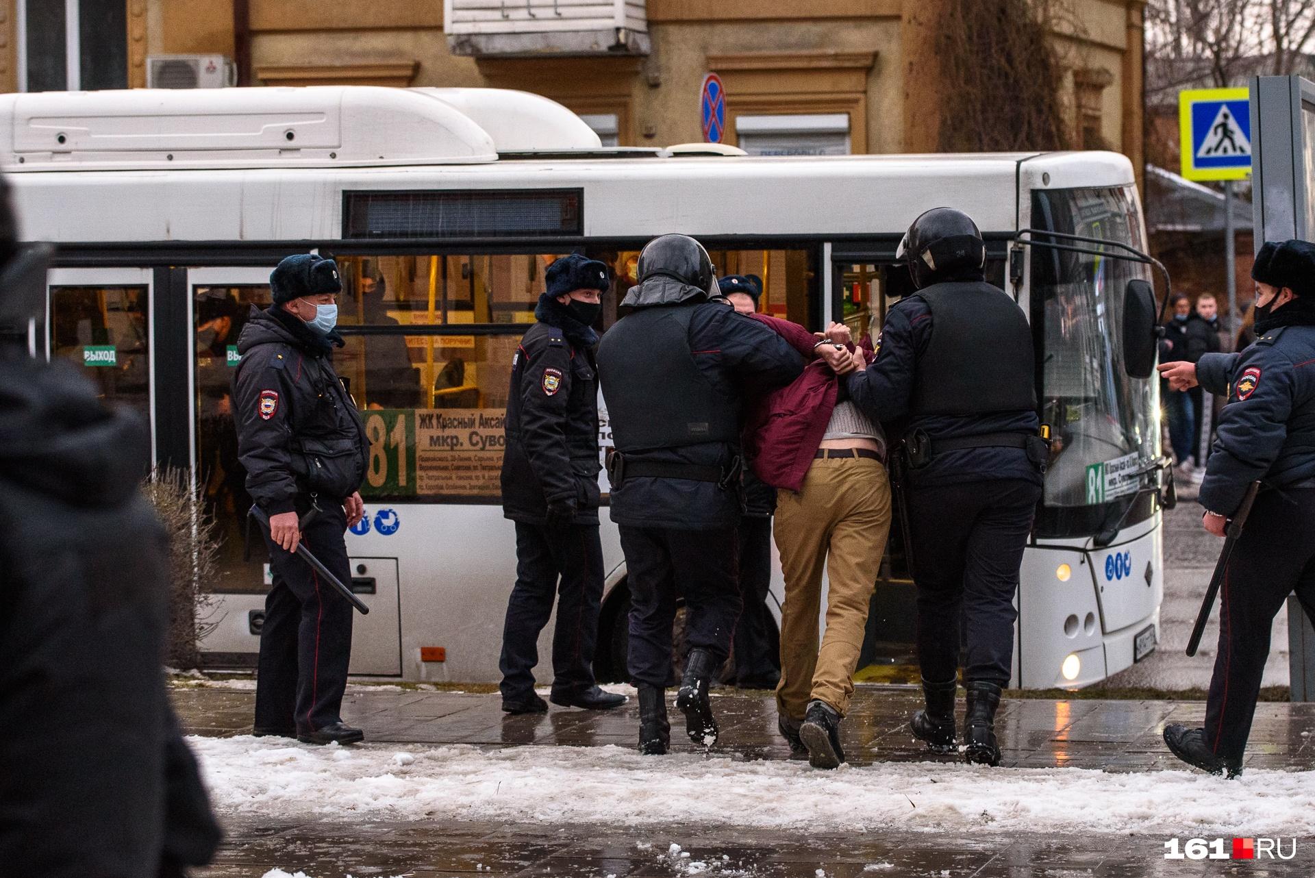 На подходе к Театральной площади задержания продолжились