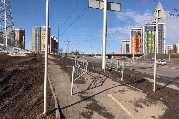 Блогера-урбаниста возмутил забор, установленный прямо на пути велосипедистов
