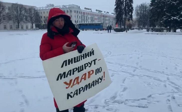 С плакатом вышла депутат муниципалитета Наталья Бобрякова