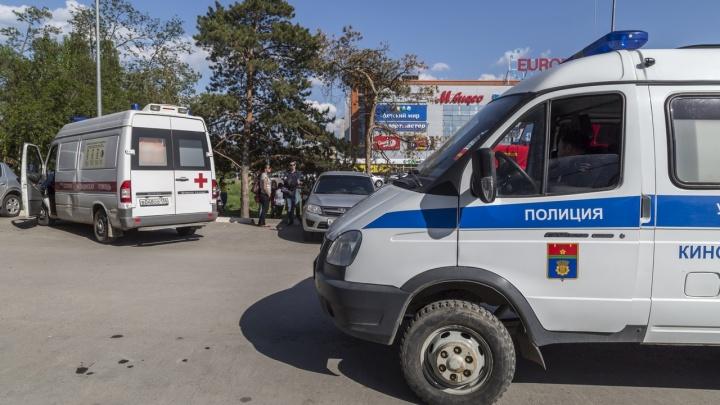 В Волгограде произошла перестрелка у торгового центра. Трое мужчин ранены