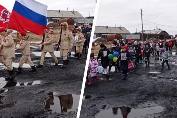 Дети в День Победы прошли по лужам в праздничном шествии