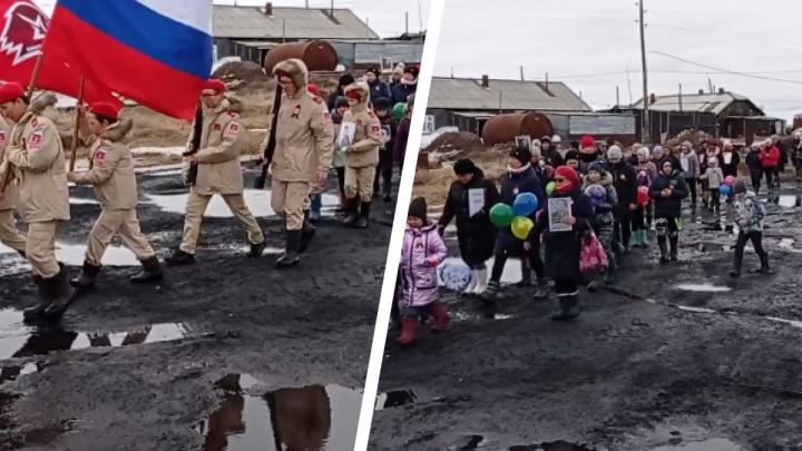 «Парад не в Москве»: видео шествия школьников ко Дню Победы на севере края превращается в федеральный мем