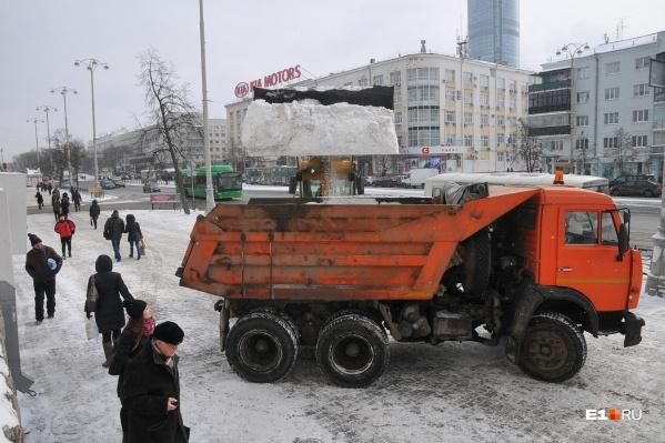 Работники Ленинского ДЭУ утверждают, что по приказу начальства «обвешивали» контролеров, которые следят за объемом вывезенного снега