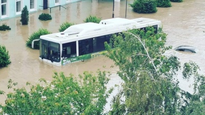 """Автобусы затопило по окна, а машины вообще скрыло водой: фото и видео масштабного наводнения <nobr class=""""_"""">в Керчи</nobr>"""