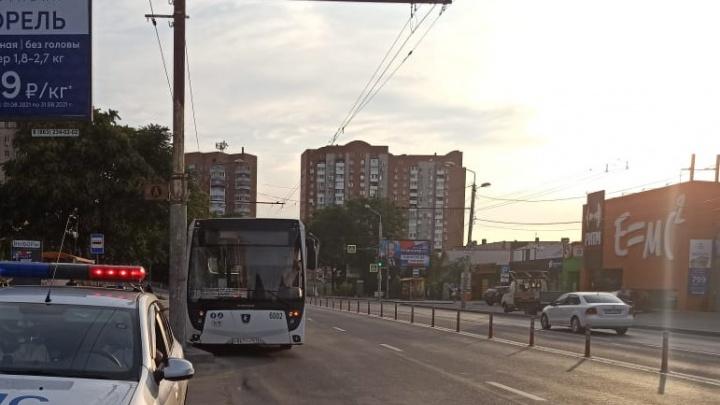 В Ростове автобус № 78 врезался в столб. Пострадали три человека