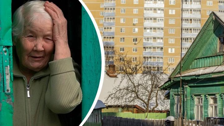 «Топим дровами, туалет — ведро»: как живут люди в старых домах, окруженных высотными новостройками