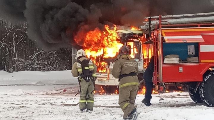 «Подошла к остановке — уже водительское загорелось»: в Архангельске вспыхнул автобус