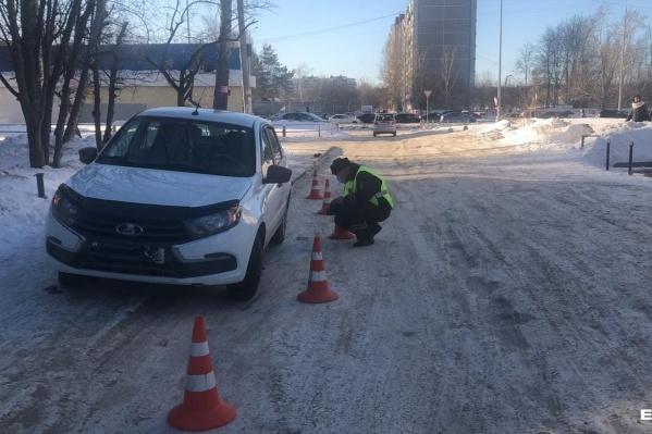 Автомобиль, по словам очевидцев, протащил школьницу по двору на капоте несколько метров