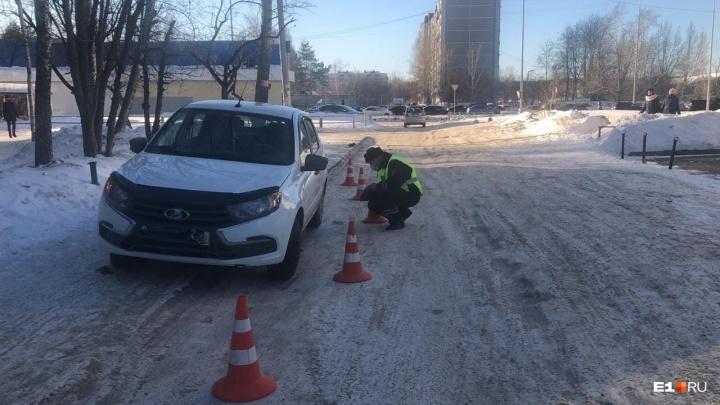 «Проехала на капоте 10метров»: в Екатеринбурге LADA Granta сбила 7-летнюю девочку