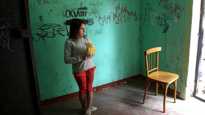 Крошечные комнаты, вонь и грязь: дзержинцы не уезжают из разрушающегося дома, потому что другое жилье еще хуже