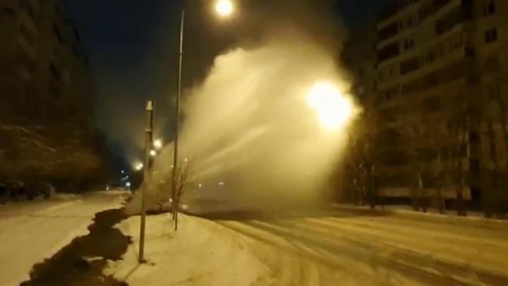 Из-за прорыва теплотрассы фонтан кипятка бил из-под земли в Тюмени
