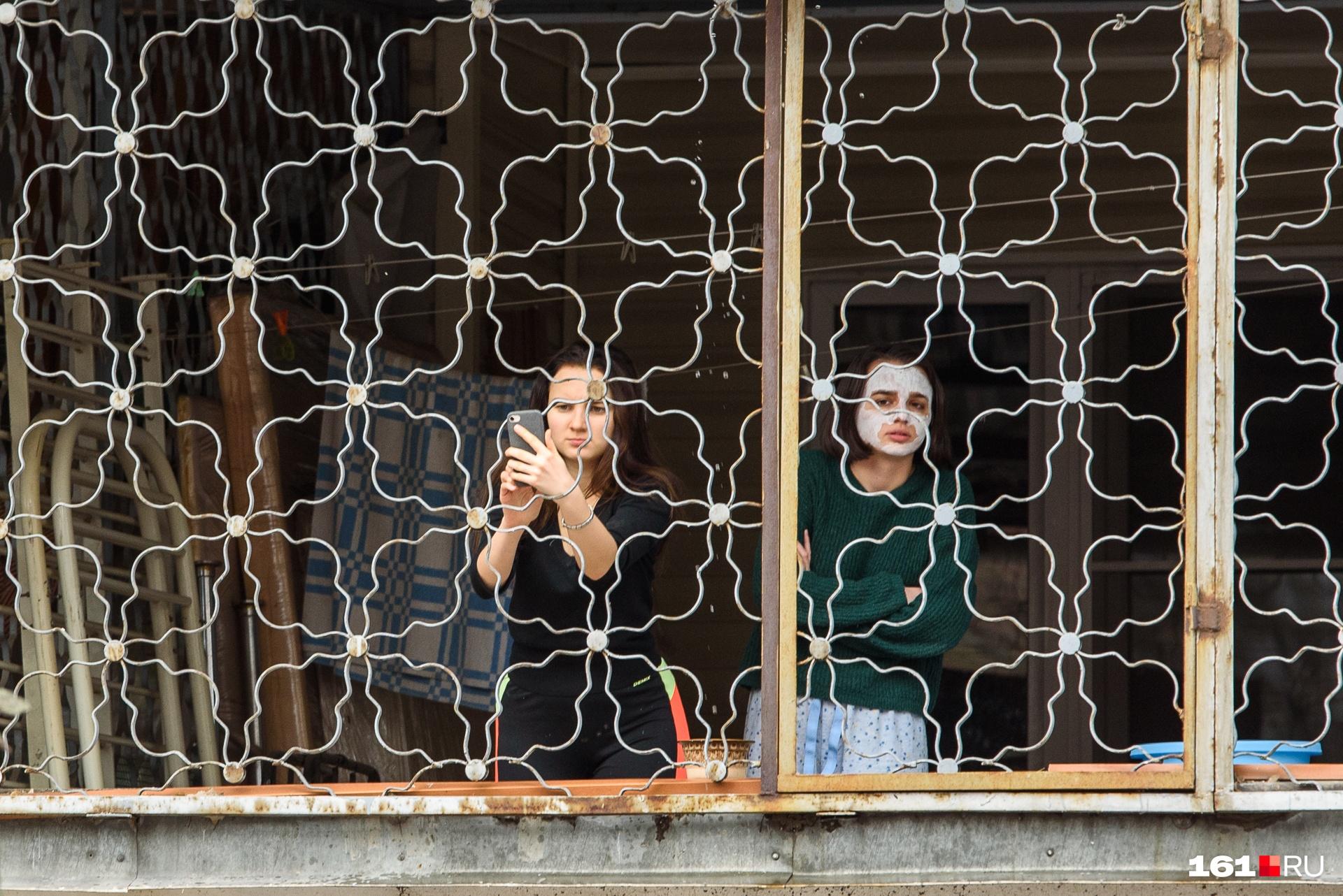 Жители окружающих домов смотрели за акцией со своих балконов
