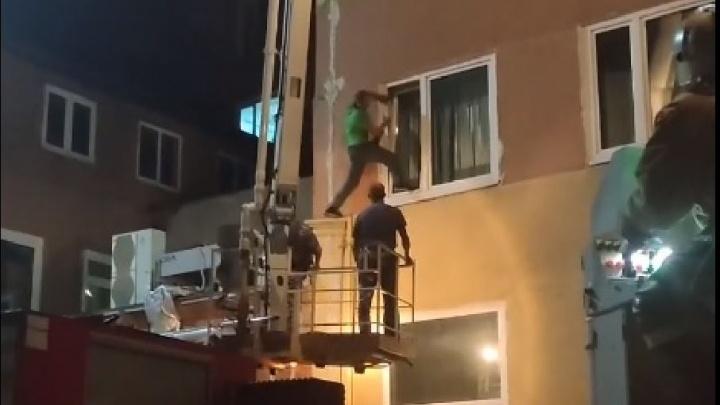 Ночью росгвардейцам пришлось бегать по крыше БСМП-1 за неадекватным мужчиной